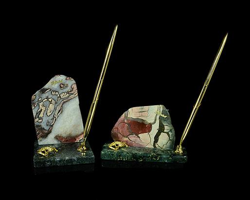 Ручка на подставке из змеевика и яшмы с ящеркой